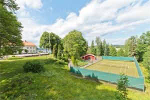 Hus med egen tennisbana